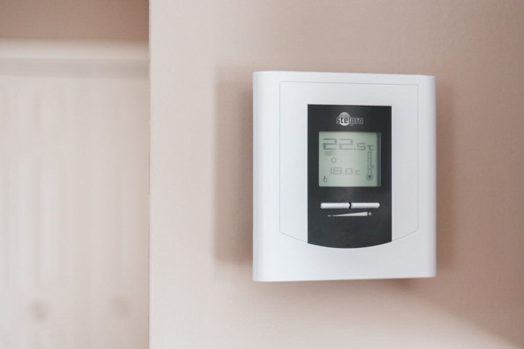 Thermostat monitoring an off-grid home in Spain
